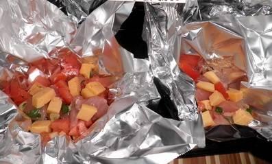 Края фольги закрепите. Поставьте блюдо в духовку на 20-30 минут. Температура 190 градусов. Когда верх зарумянится, а сыр полностью расплавится - филе можно доставать.