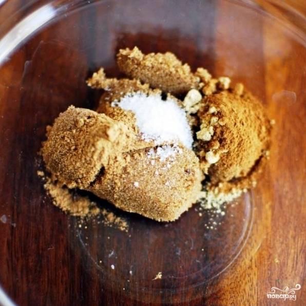 Тем временем в небольшой мисочке смешаем 2 ст.л. темного сахара (можно заменить обычным, если не имеется темного), пряности, соль, молотые корицу и имбирь.