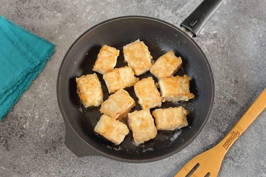 Выложите рулетики на раскаленную сковороду с маслом и обжарьте на среднем огне с двух сторон до золотистого цвета.