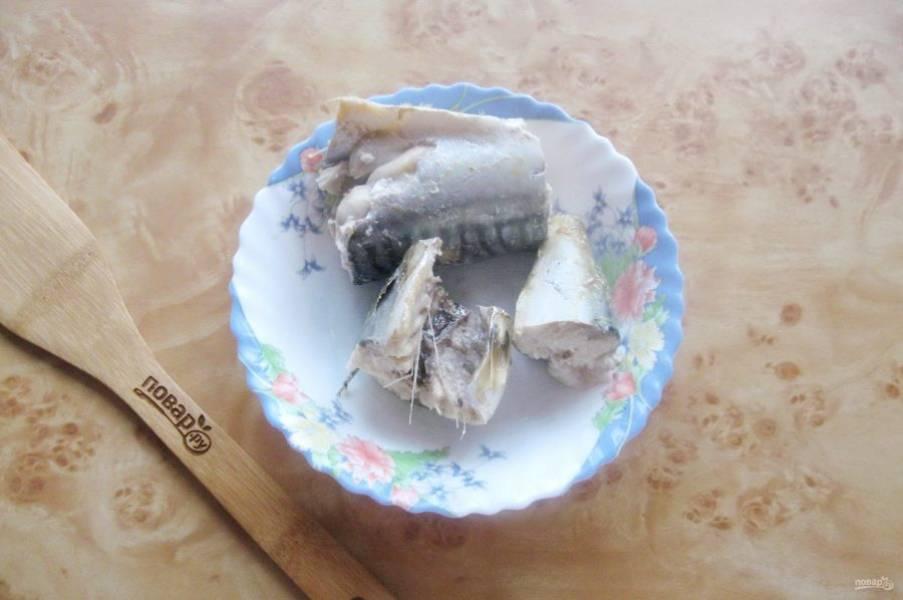 После достаньте из кастрюли отварную рыбу.