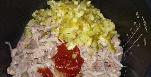 2. Тем временем меленько нарезаем соленые огурцы. Как время истечет - добавим томатную пасту и огурцы. Жарим еще 5-10 минут.
