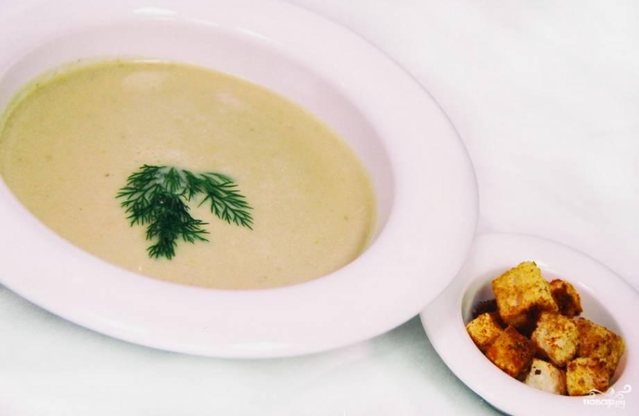 Украшаем суп зеленью и подаем к столу. Также можно подать к блюду сухарики из белого хлеба. Приятного аппетита!