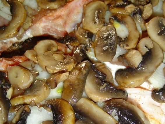 Также кладем обжаренные грибы и измельченный ченок.