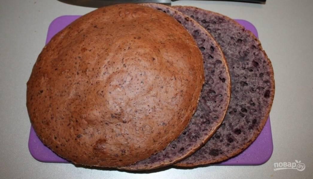 4.Охлажденный бисквитный корж разрезаю на 3 части.