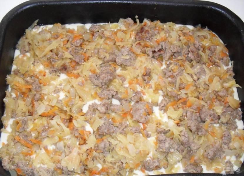 6.На тесто выкладываю приготовленную начинку из капусты с мясом, равномерно распределяю ее по всей форме.
