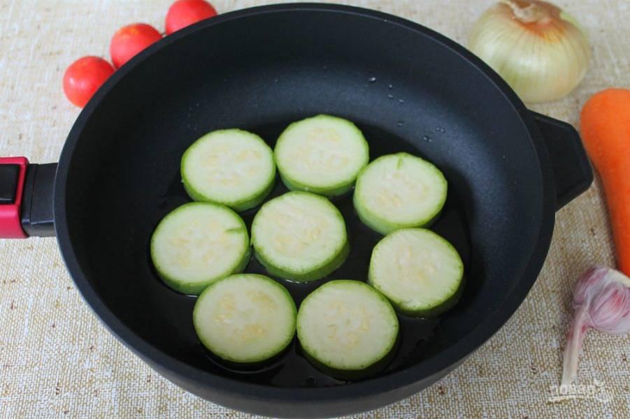 Кабачок режем кружочками и обжариваем с двух сторон на подсолнечном масле.