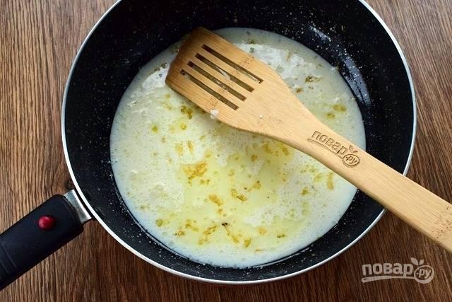 Влейте сливки, доведите до кипения. Вы можете поменять сливки на молоко, будет так же вкусно, но соус не будет таким же густым.