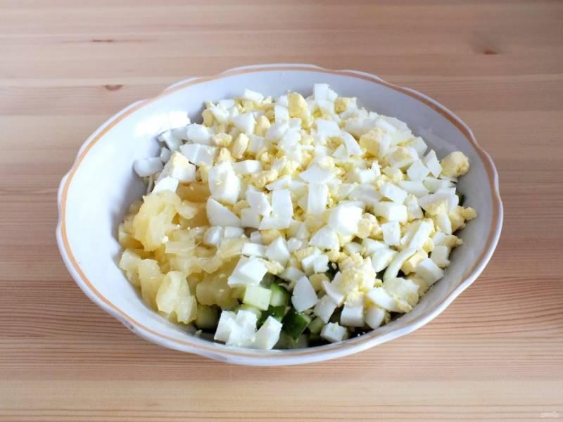 Яйца нарежьте средним кубиком, добавьте в салатник.