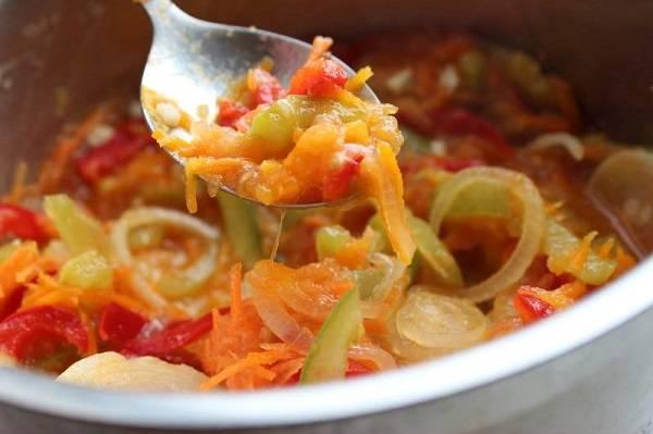 4. Затем добавить в сотейник треть томатного соуса. Посолить и поперчить по вкусу, всыпать специи по вкусу. Потушить овощи до мягкости или полной готовности. В данном случае кабачки, баклажаны и картофель нужно просто нарезать тонкими ломтиками, однако при желании их также можно потушить с остальными овощами.