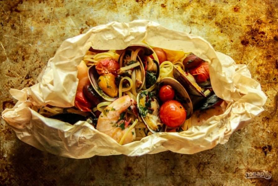 Запекайте пасту в духовке 5-7 минут, затем достаньте, украсьте луком-шнитт и подайте, можно прямо на пергаментной бумаге.