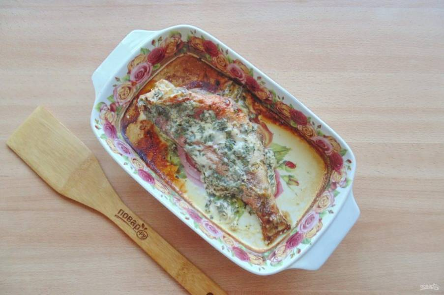 Запекайте рыбу в духовке, разогретой до 180-185 градусов 30-35 минут до готовности.