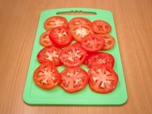 3. Также нарежьте помидоры.