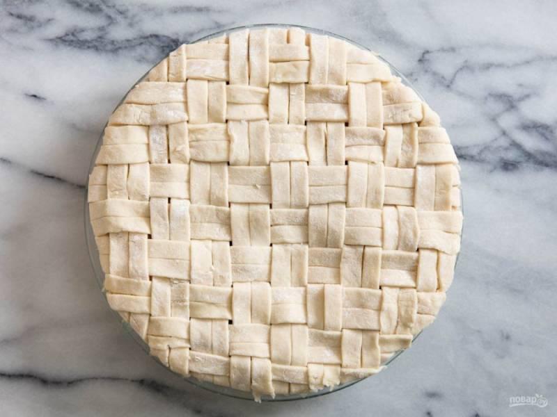 4.Аккуратно заверните все края пирога, прижмите верхний корж к нижнему.