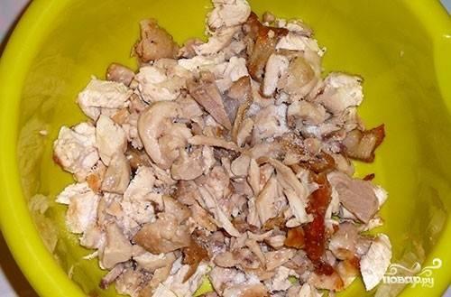 Курица обжарена, остужаем ее и снимаем мясо с костей. Нарезаем на кусочки.