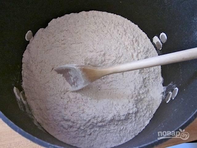 1.Смешайте два вида муки, добавьте соль, дрожжи.