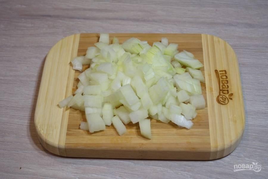 Для приготовления мясной начинки почистите и нарежьте мелким кубиком репчатый лук.