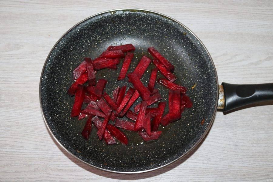 В разогретой сковороде обжарьте свеклу с добавлением небольшого количества масла.