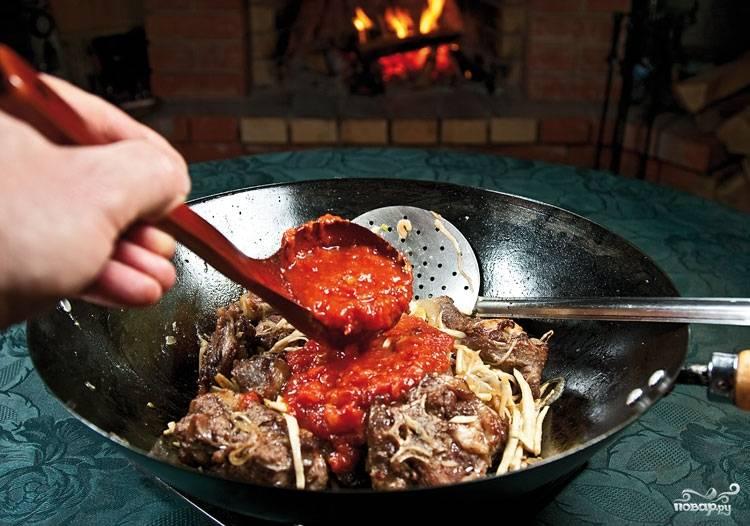 7. Пока обжариваются овощи, пюрируйте помидоры. Можно также в этом рецепте использовать консервированные томаты в собственном соку или домашние томаты, например.