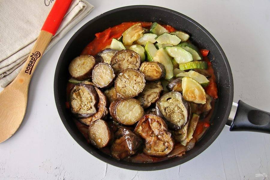 Добавьте сюда же запеченные ранее в духовке овощи.