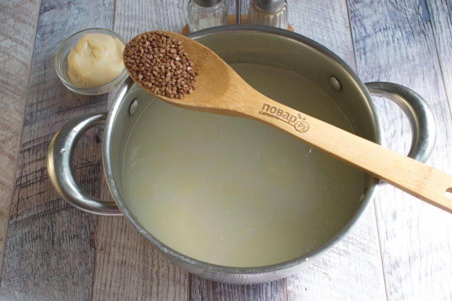 Бульон доведите до кипения, добавьте гречку, варите на медленном огне.
