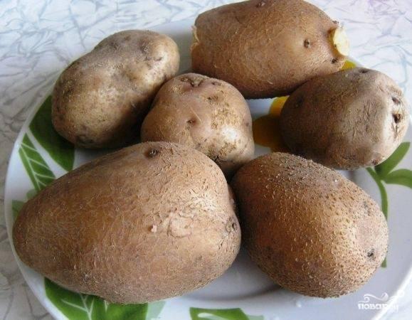 Картофель помойте и отварите в мундирах до полуготовности. Не варите более 15 минут, иначе картофель будет разваливаться.