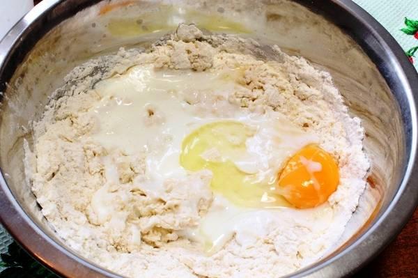 Также добавьте яйцо, кефир, растопленное сливочное масло и замесите тесто. Хорошо вымесив, соберите его в шар и оставьте в теплом месте на 2 часа подняться.