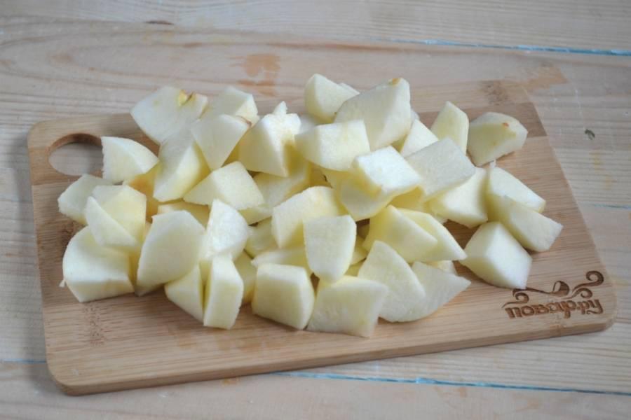 Яблоки порежьте некрупными дольками. Несколько долек порубите мельче – небольшими кубиками.