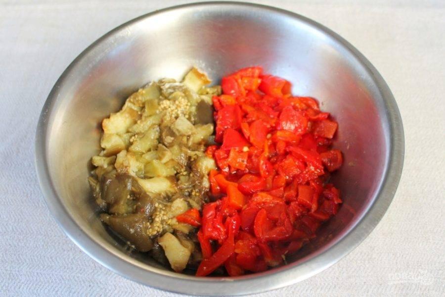 Печеные овощи нарезаем произвольно.