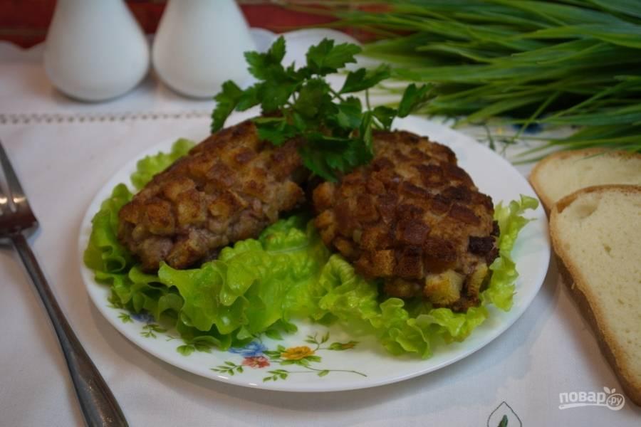 Подайте котлеты к столу на листьях салата или с любым гарниром, овощным салатом.