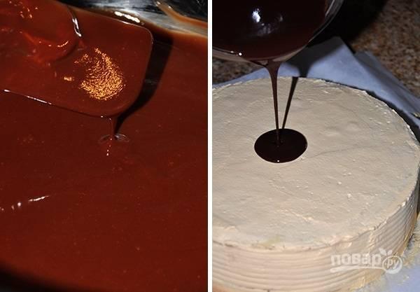 16. Готовой глазурью полейте торт и оставьте до застывания.