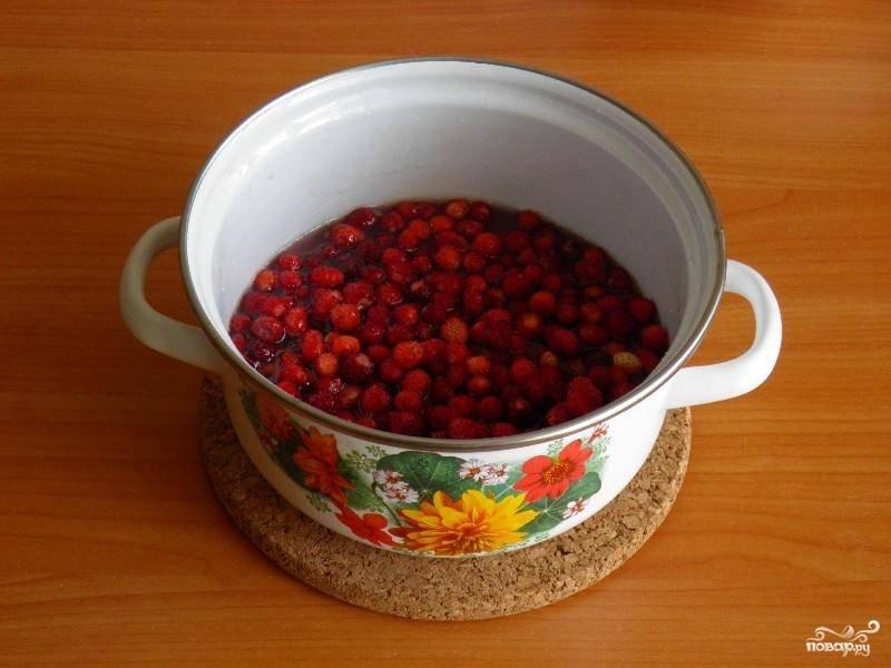 Поставьте кастрюлю с водой и сахаром на огонь, доведите до кипения. Потом добавьте в получившийся сироп ягоды.