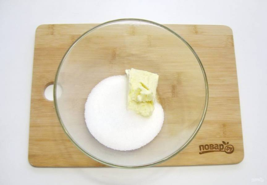 В миску выложите мягкое сливочное масло и добавьте сахар.