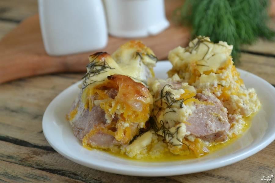 Мясо в духовке со сметаной готово. Подавайте его горячим, с молодым картофелем или овощным пюре. Приятного аппетита!
