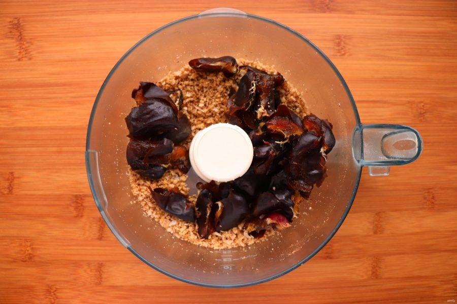 В последнюю очередь добавьте финики. Измельчите до нужной вам консистенции. Масса должна получиться плотной и не сильно липкой. Если она слишком липкая, добавьте больше кокоса или грецких орехов.