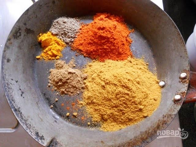 2. Используйте жаропрочную посуду с толстыми стенками! Выложите на дно специи и обжарьте их немного на огне.