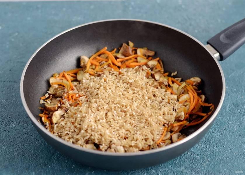 Добавьте промытый рис, специи и соль, ещё раз перемешайте.