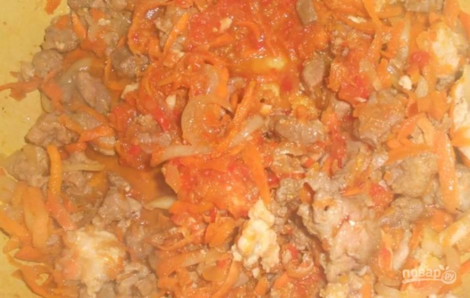 Разогреваем в сковороде растительное масло. Обжариваем на нем лук с морковью (5 минут). Выкладываем порезанное мясо и фарш. Вливаем соевый соус, солим и перчим. Готовим на среднем огне 10 минут, помешивая.