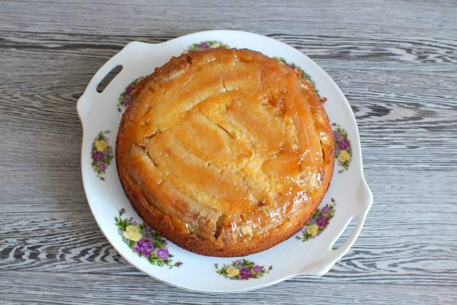 Переверните пирог на блюдо и охладите.