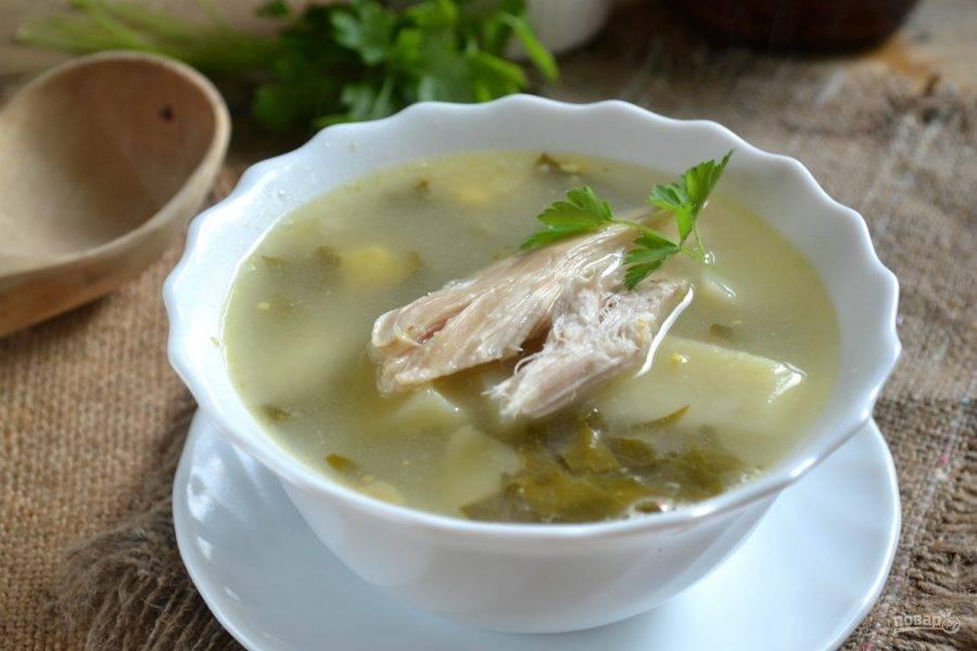 И нарезанные щавель и зелень. Варим минуты 3 после закипания, а после снимаем с огня. Даем супу постоять минут 10 — и можно обедать.
