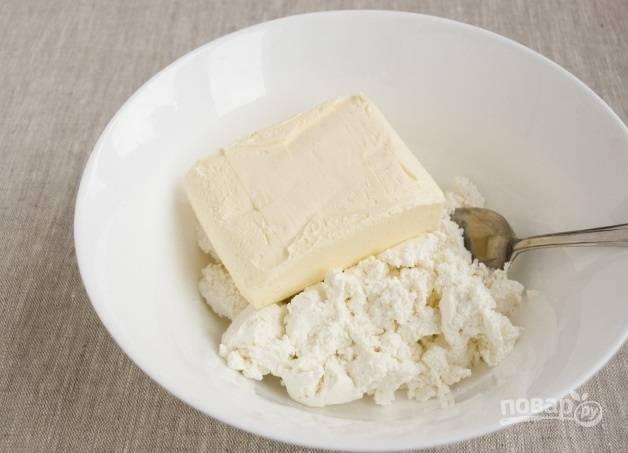2. Размягченное (но не растопленное!) сливочное масло соедините с творогом.