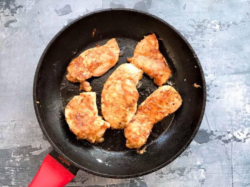 Обжарьте куриные отбивные по 2-3 минуты с каждой стороны до золотистой корочки.