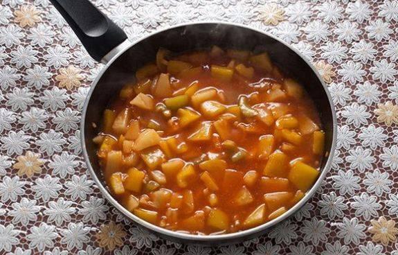 Дальше добавляем 2 ст. ложки кетчупа или томатной пасты (что вам больше нравится) и 1 ст. ложку крахмала. Перемешали — и соус готов.