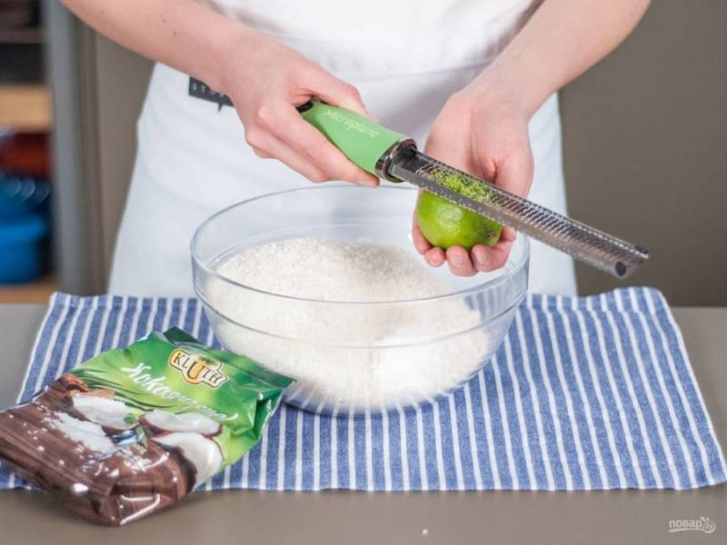 В глубокой миске смешайте муку, разрыхлитель, 100 г кокосовой стружки и натрите цедру двух лаймов. Всё перемешайте.