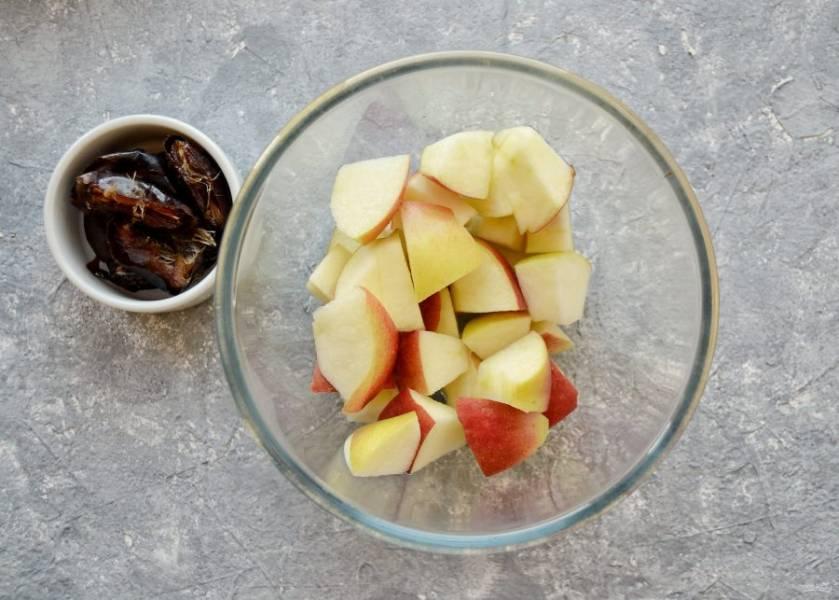 Из фиников вытащите косточки, яблоко нарежьте на небольшие ломтики.