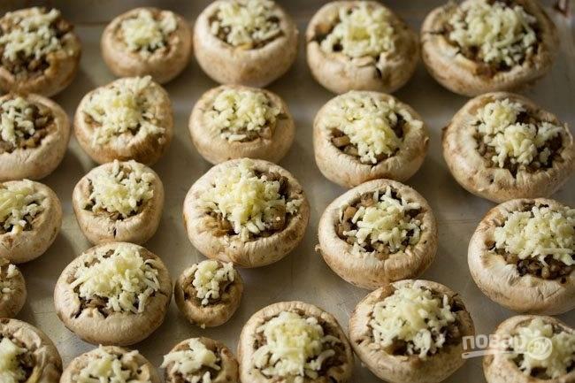 10.Натрите сыр и посыпьте им грибочки.