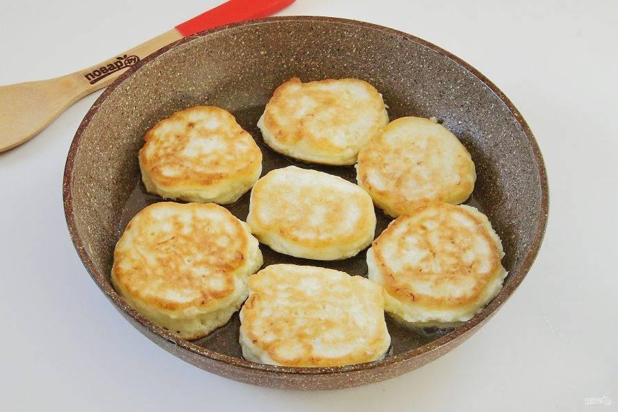 Выкладывайте тесто с помощью столовой ложки на раскаленную сковороду и обжаривайте оладьи на среднем огне с двух сторон до готовности.