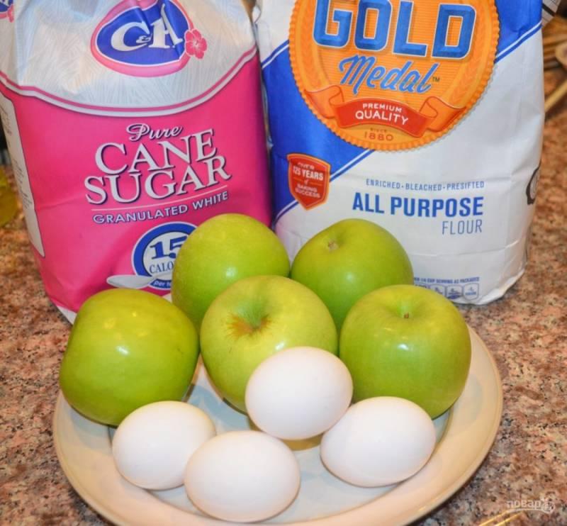 1. Приготовить шарлотку сможет даже начинающий кулинар. Этот пирог готовится с минимальным количеством ингредиентов. Яблоки лучше брать кисловатые, поскольку тесто будет сладким.
