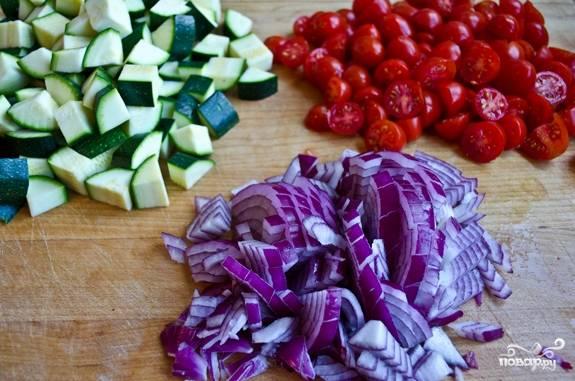 1. Первым делом стоит подготовить овощи. Очистите луковицу, помидоры, кабачок и нарежьте кубиками. Не стоит слишком мельчить, иначе тушеные кабачки с помидорами в домашних условиях будут похожи на кашу.