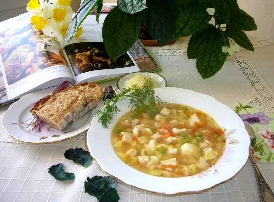 Готовый суп разливаем по тарелочкам, посыпаем тертым пармезаном и подаем к столу. Приятного вам аппетита!
