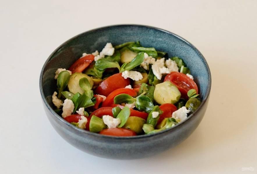 Перед подачей раскрошите в салат кусочки сыра Феты.